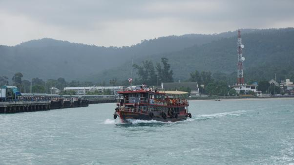 Longboat cruising to Angthong.