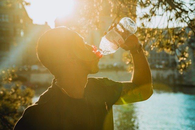 Consommation d'eau dans une bouteille en plastique