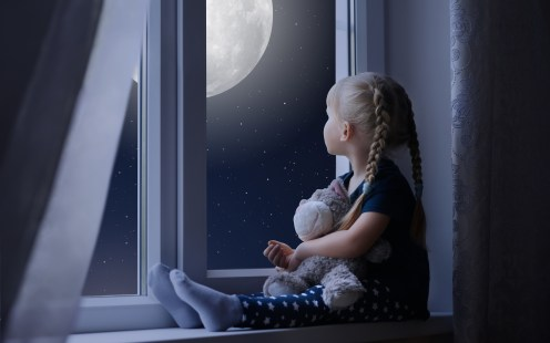 little-girl-sadly-out-of-a-window-with-a-teddy-bear-tp-3840x2400