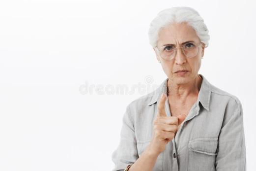 我禁止您-有白发的在玻璃皱眉与疯狂的表示的严密和严肃的失望的老婆婆画象-133243376