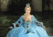 Catherine Deneuve com o vestido da cor do tempo (tempo bom, é claro!).