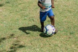 un ballon de foot et un petit garçon