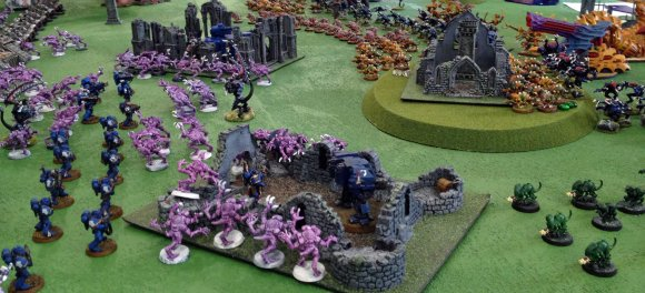 The tyranid hoard surge forward