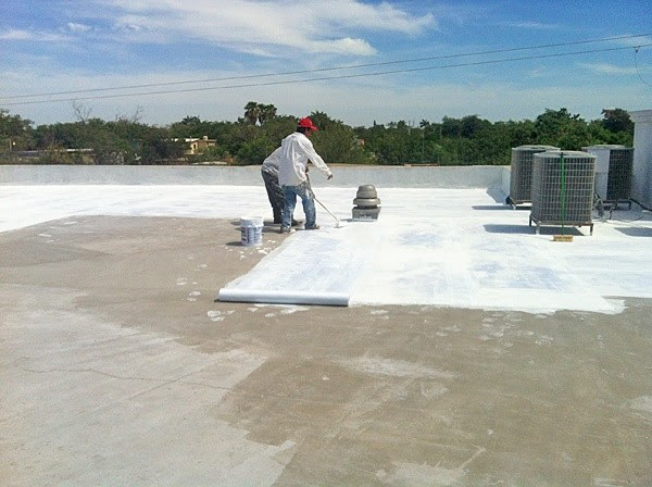Repairing the roof of the clinic in Reynosa
