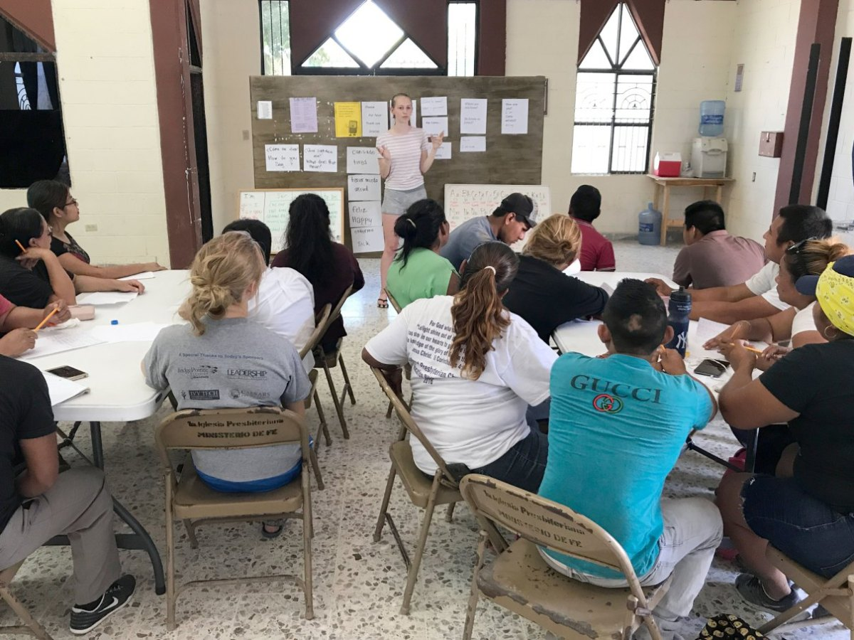 Our summer intern Lizzy teaching English to our volunteers in Reynosa