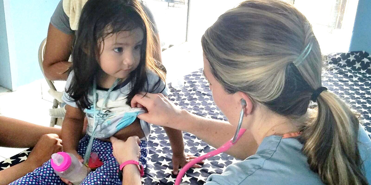 A medical volunteer from the US treating a kid in Reynosa at our clinic