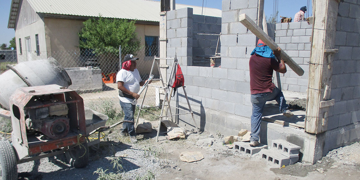 The staff and volunteers working to build a house in Miguel Aleman