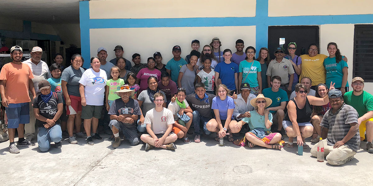 A youth group from North Carolina with their new friends in Reynosa