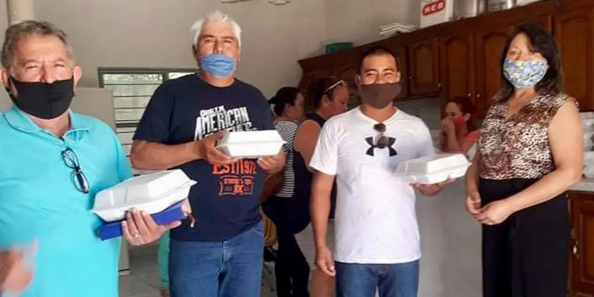 Giving out meals to dads on Fathers Day in Miguel Aleman