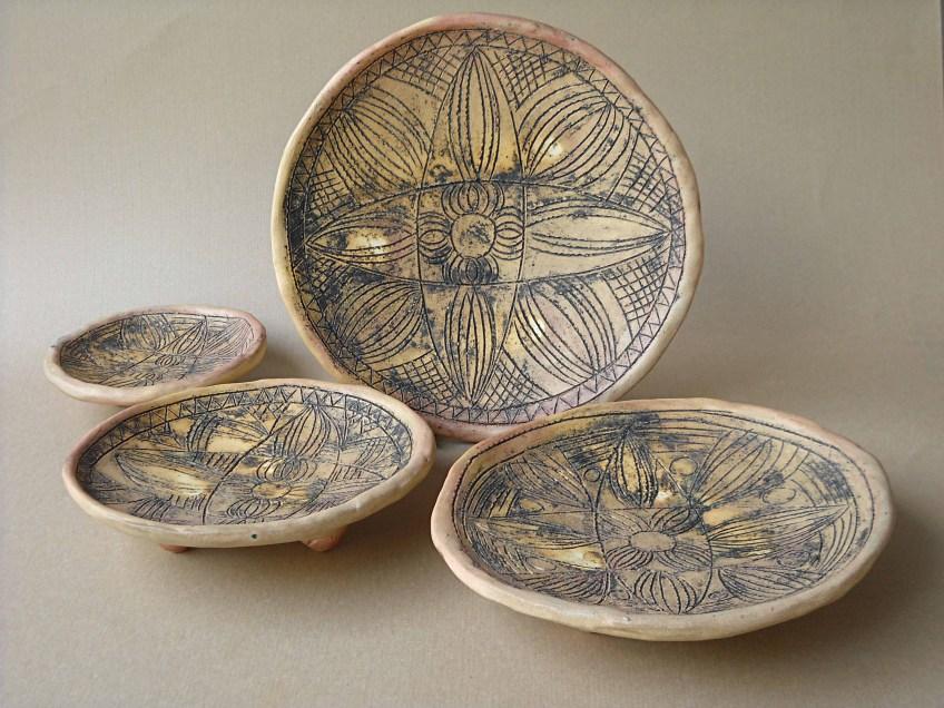 гравирани чинии