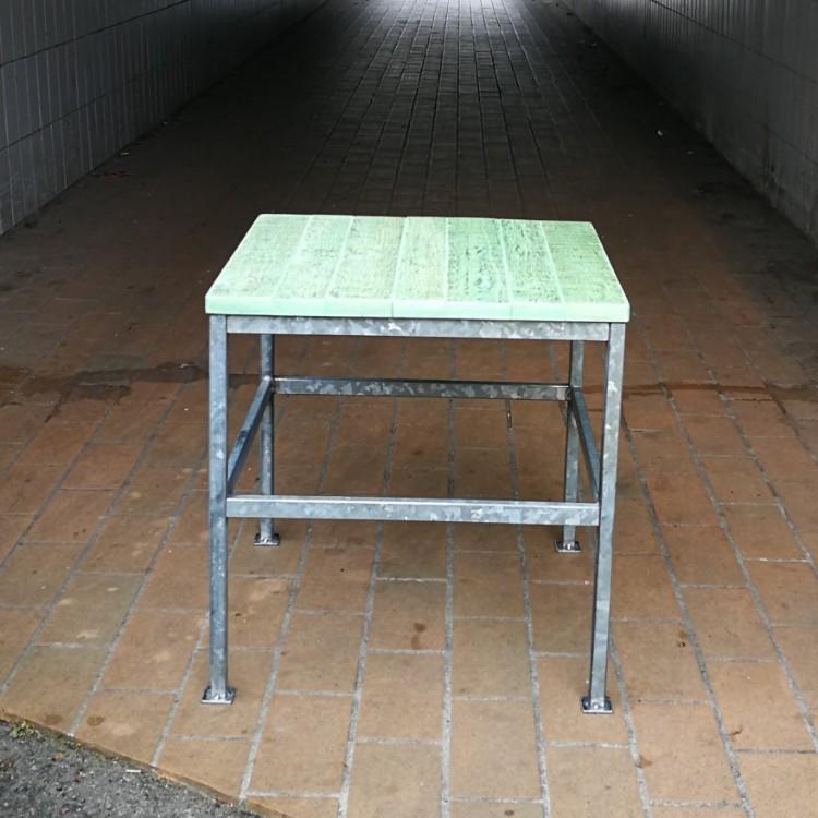 Sofabord med stel lavet i metal fra palletank bur og bordplade lavet af trae fra paller