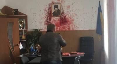 Украинского политика облили кровью за торговлю с РФ