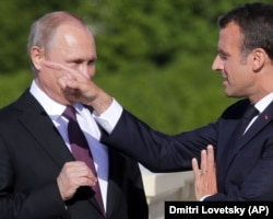 Президент Франції Емманюель Макрон (праворуч) та російський керівник Володимир Путін. Санкт-Петербург, 24 травня 2018 року