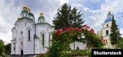 Георгіївський собор (ліворуч). Один із найкращих шедеврів українського бароко. Збудований протягом 1696–1701 років