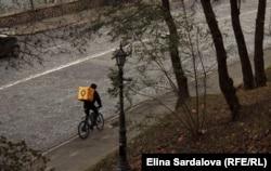 Велосипедист розвозить їжу