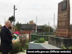 Представники українського консульства в Бресті біля пам'ятника Дмитру Фальківському