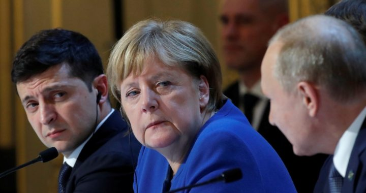 Меркель закликала Путіна зменшити чисельність російських військ біля кордону з Україною