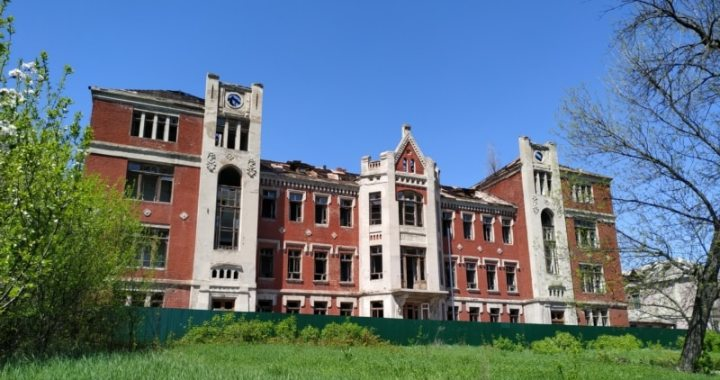 Как горела бельгийская больница в Лисичанске, которая и без того разрушалась