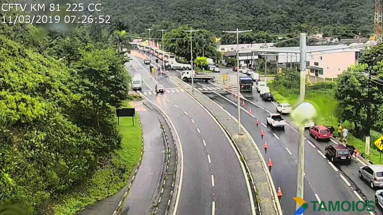 Trecho de Serra da Rodovia dos Tamoios permanece interditado devido queda de barreira