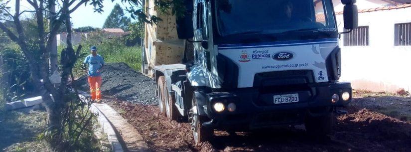 Prefeitura realiza nivelamento mecânico com 340 toneladas de bica corrida no Capricórnio II
