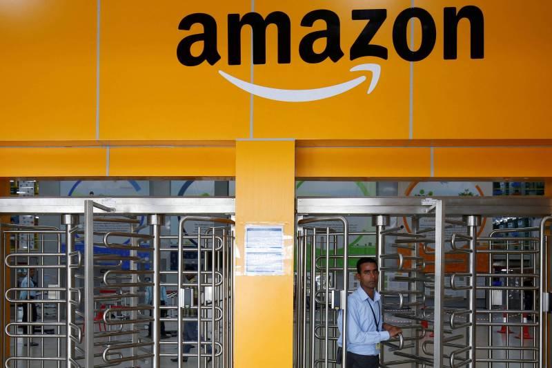 Funcionário deixa centro de distribuição da Amazon em Bengaluru, na Índia; companhia enfrenta desafios regulatórios de ecommerce no país - Abhishek N. Chinnappa/Reuters