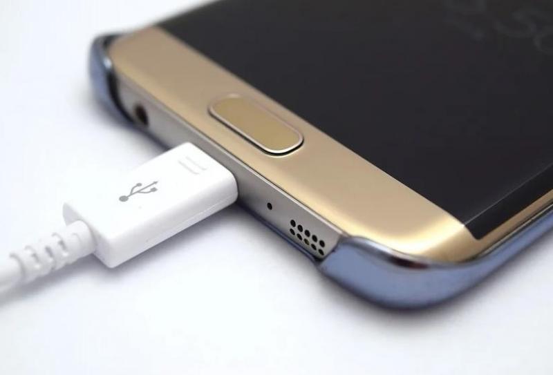 Menino de 13 anos morre após choque elétrico ao tocar em carregador de celular