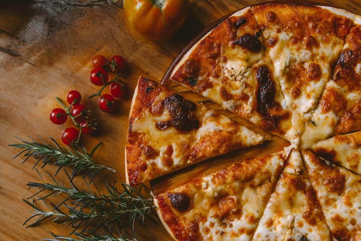 Pizza med melormemel