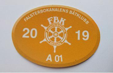Båtplatsmärke 2019 finns att hämta på hamnkontoret