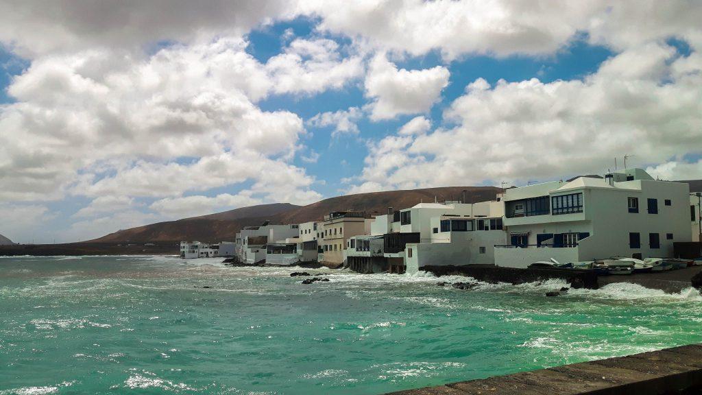 Lanzarote-travel-guide-das-musst-du-sehen-arrieta-meer-wellen-haeuser