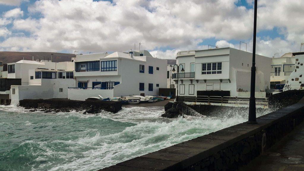 Lanzarote-travel-guide-das-musst-du-sehen-arrieta-meer-wellen-haus