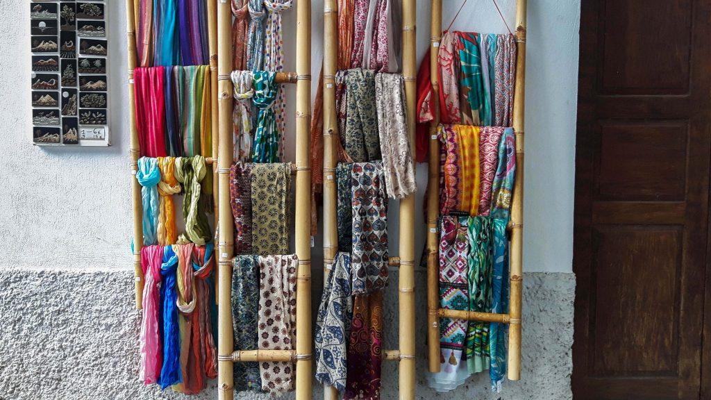 Lanzarote-travel-guide-haria-das-tal-der-tausend-straße-marktplatz-tuecher (1 von 1) (1)