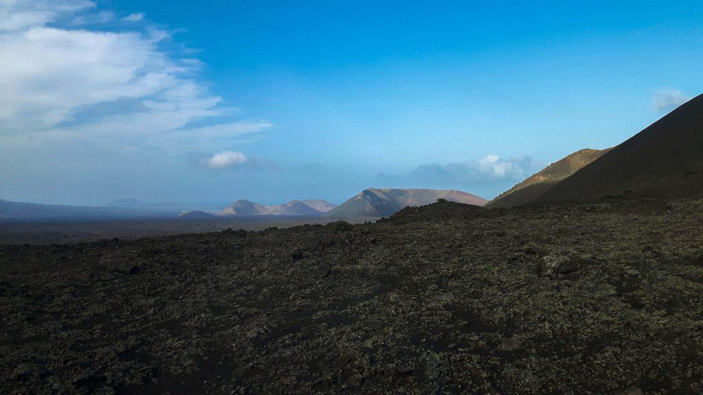 Lanzarote-travel-guide-timanfaya-nationalpark-vulkan-landschaft-berge-himmel (1 von 1) (1)