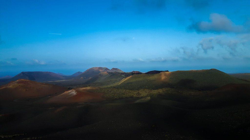 Lanzarote-travel-guide-timanfaya-nationalpark-vulkan-landschaft-himmel-berge-sand (1 von 1) (1)