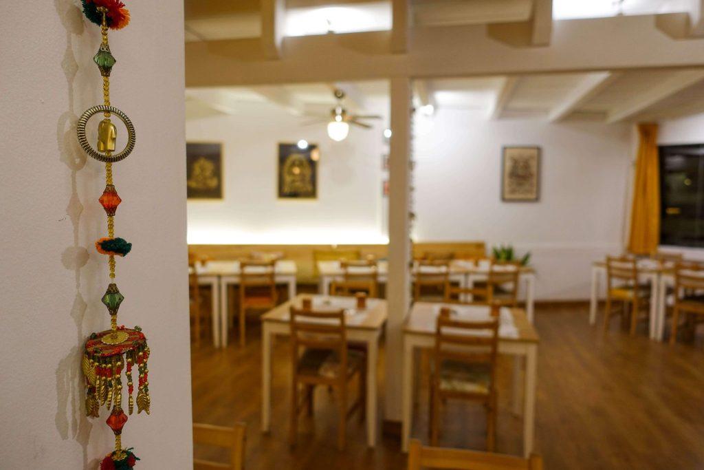 calella-kurkuma-indian-restaurant-tische-