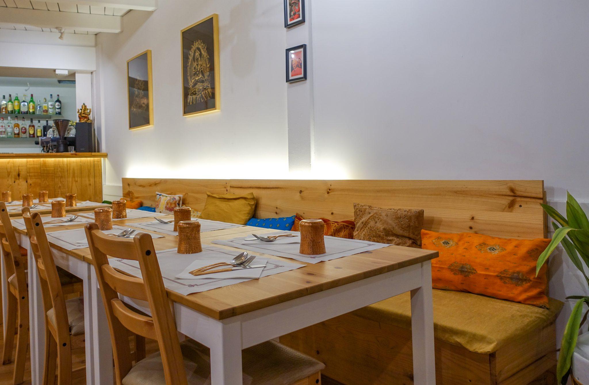 calella-travel-guide-winter-kurkuma-restaurant-tisch