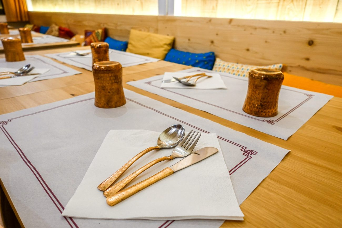 calella-travel-guide-winter-kurkuma-restaurant-tischgedeck