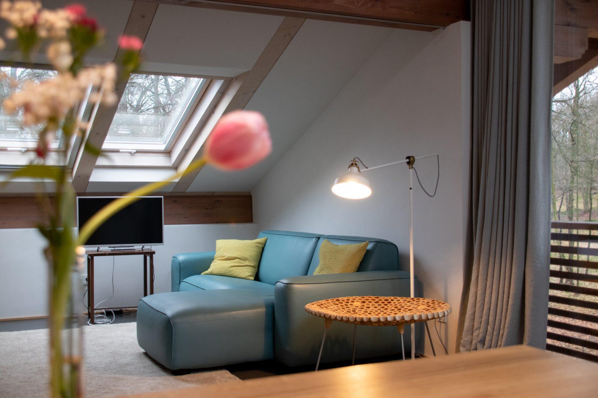 potsdam-parkchalet-lichtung-wohnzimmer-sofa