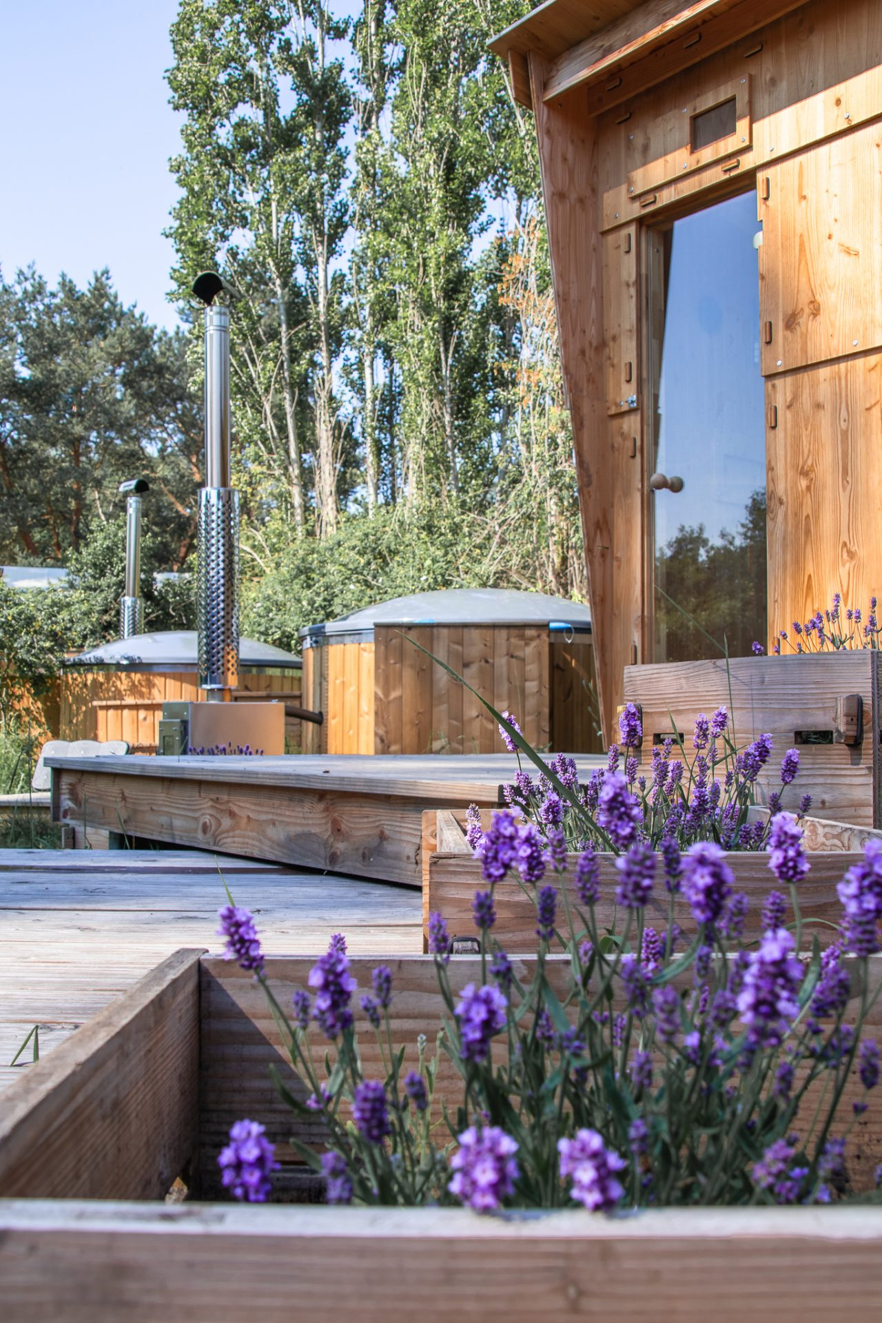 destinature-dorf-werkhaus-draußen-wellness-sauna-badewanne