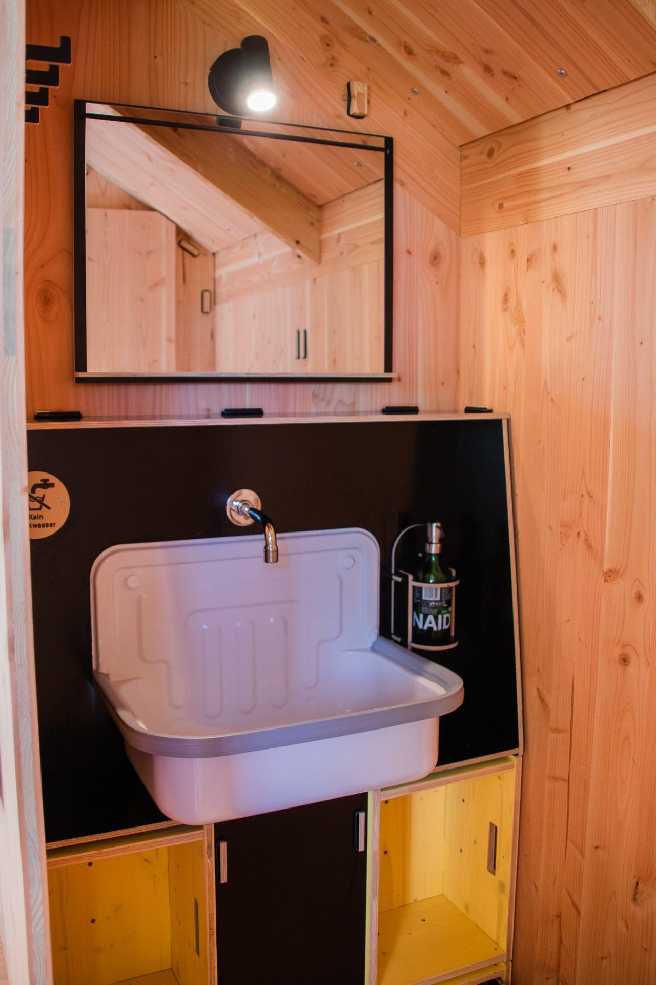 destinature-dorf-werkhaus-hütte-plus-waschbecken