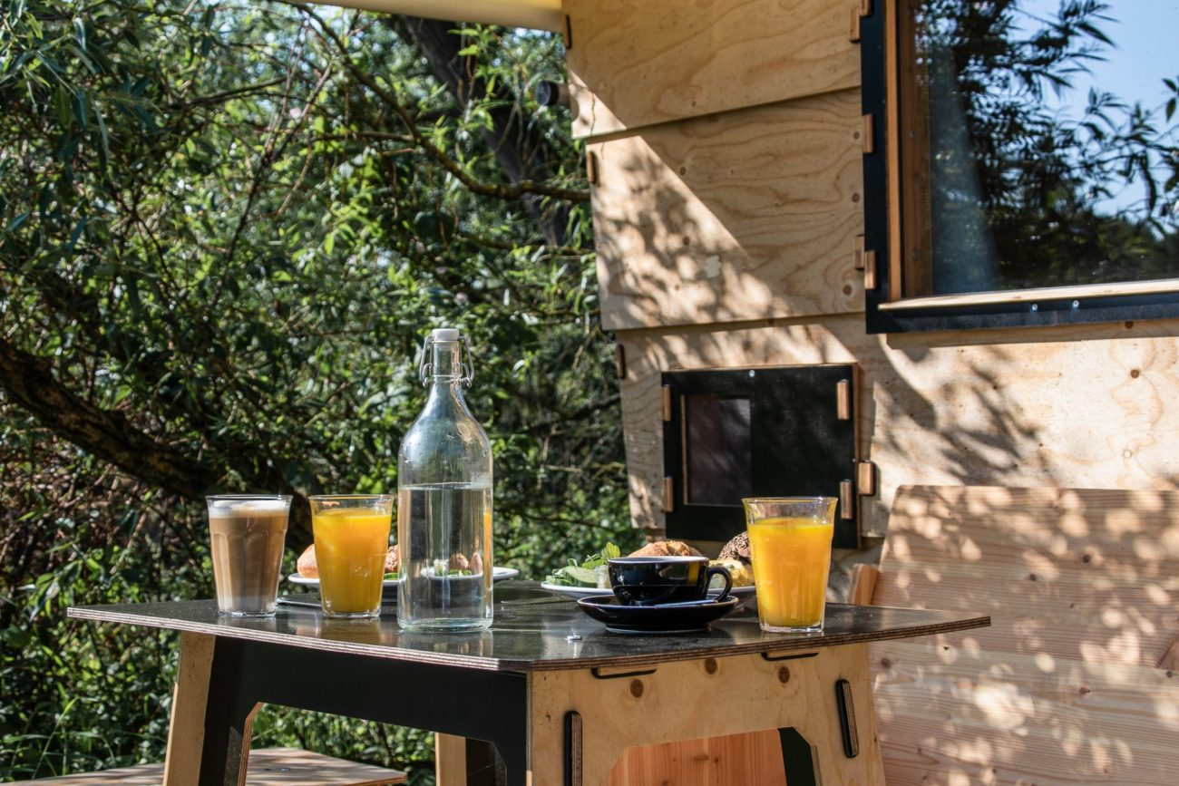 destinature-hütte-frühstück-terrasse