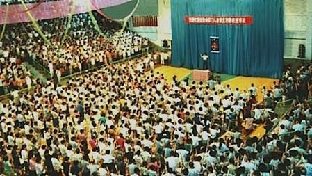 1994年7月,辽宁省大连市,李洪志师父在中国法轮功大连第二期传授班授班上讲法传功。(正见网)