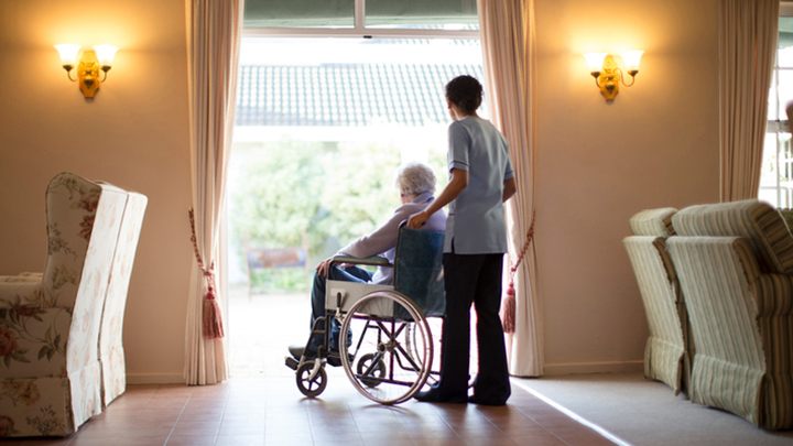 Live-in Dementia Care or Care Homes: What's the Difference?