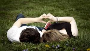 6-gesturi-cu-care-l-impresionezi-şi-l-faci-să-se-îndrăgostească