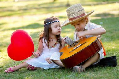 ce-cred-copiii-despre-oamenii-indragostiti-cele-mai-amuzante-replici_size1