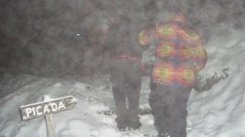 Trilha de volta para o carro, nevando