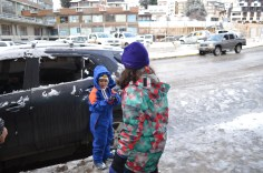 Brincadeira na neve na frente do hotel
