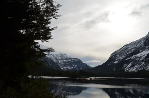 Lago los Cántaros, parcialmente congelado à esquerda da foto