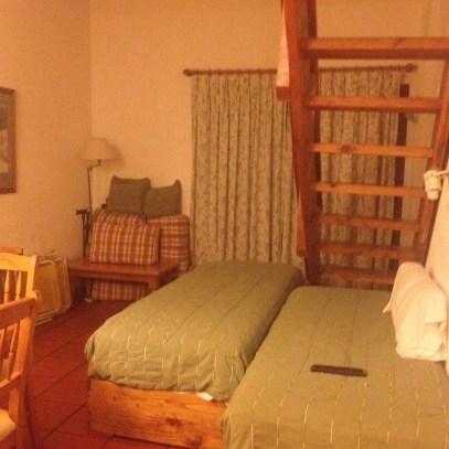 Sofá-cama na sala. Improvisamos uma barreira com almofadas para fechar a lareira.