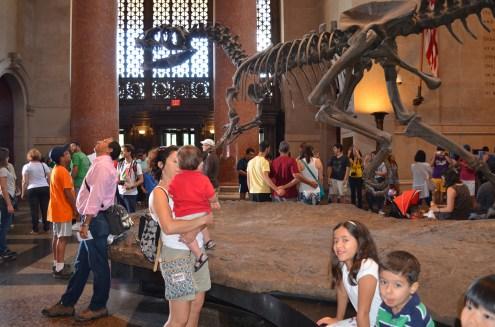 Dinossauros na entrada do museu