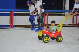 Felipe em seu passeio pela pista de gelo
